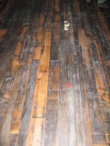 Podłoga zrobiona z beczkowych klepek